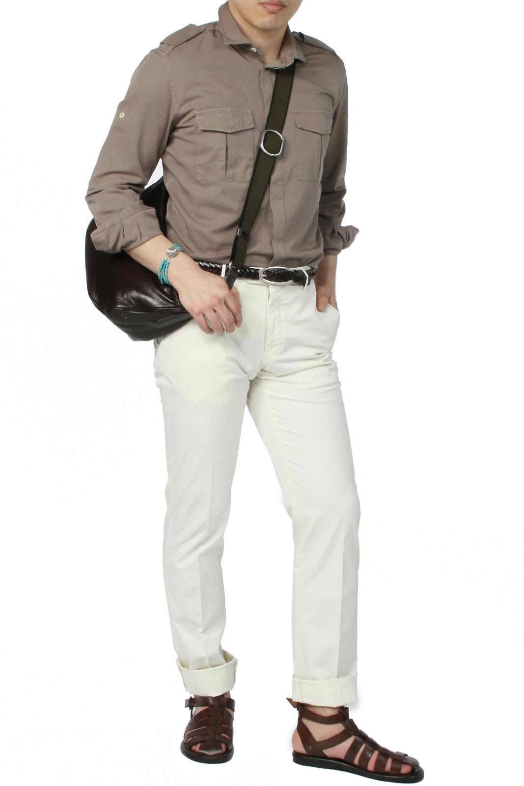 サファリシャツとグラディエーターサンダルのキレイめオフスタイル。