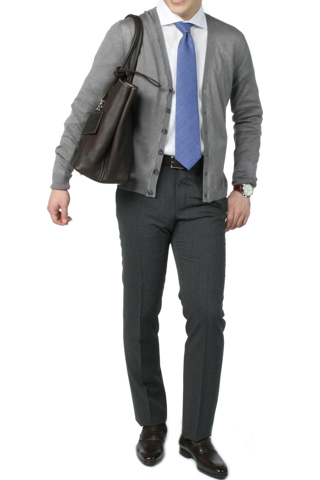 イレブンティのカーディガンにブルーの平織タイを合わせた爽やかなオンスタイル。
