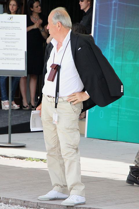 ピッティ2010年6月スナップ ダンディーな肩羽織りジャケットスタイル